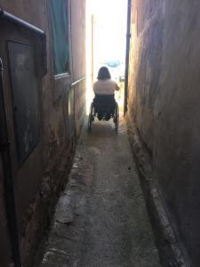 girare per lorenzana in sedia a rotelle